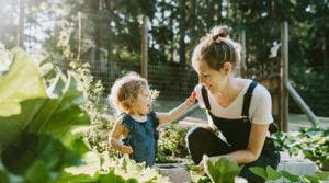 mama w ogrodzie
