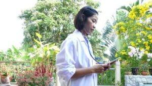 lekarz w ogrodzie